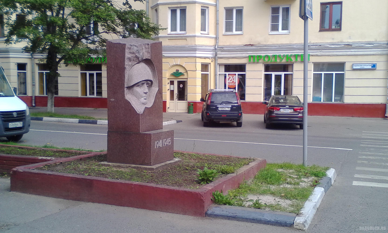 Памятник подольским курсантам на улице Подольских курсантов. Июль 2017.