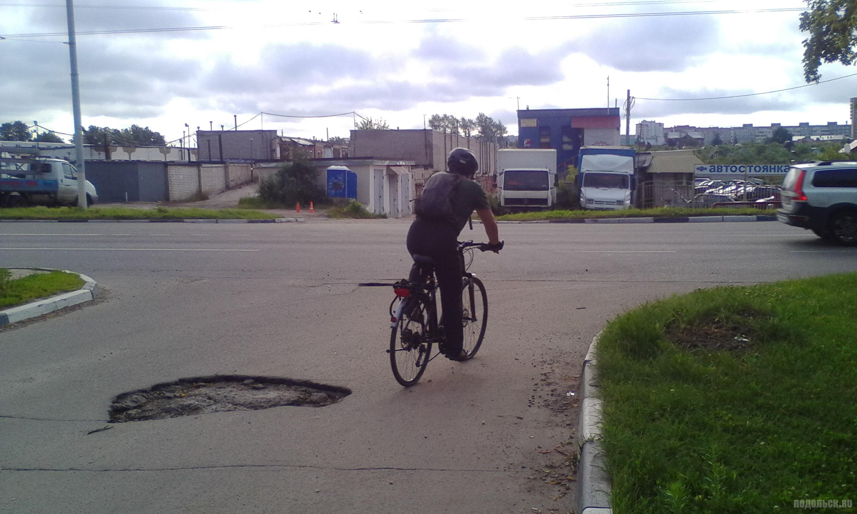 Октябрьский проспект, выезд со двора. Яма, велосипедист. Июль 2017.