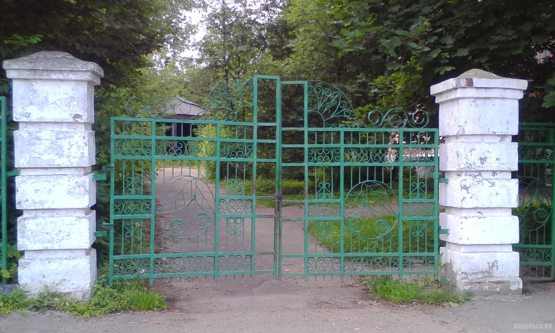 Ворота старого детского сада. Индустриальная улица. Июль 2017.