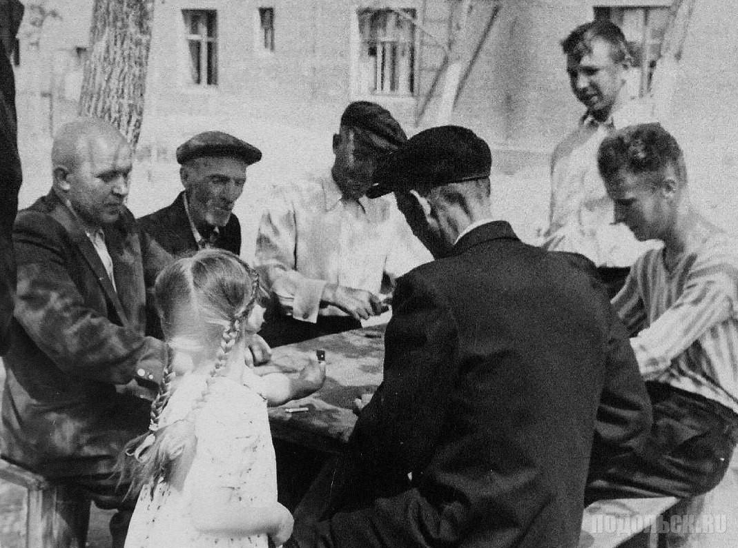 «А у нас во дворе... ». 1950-е.