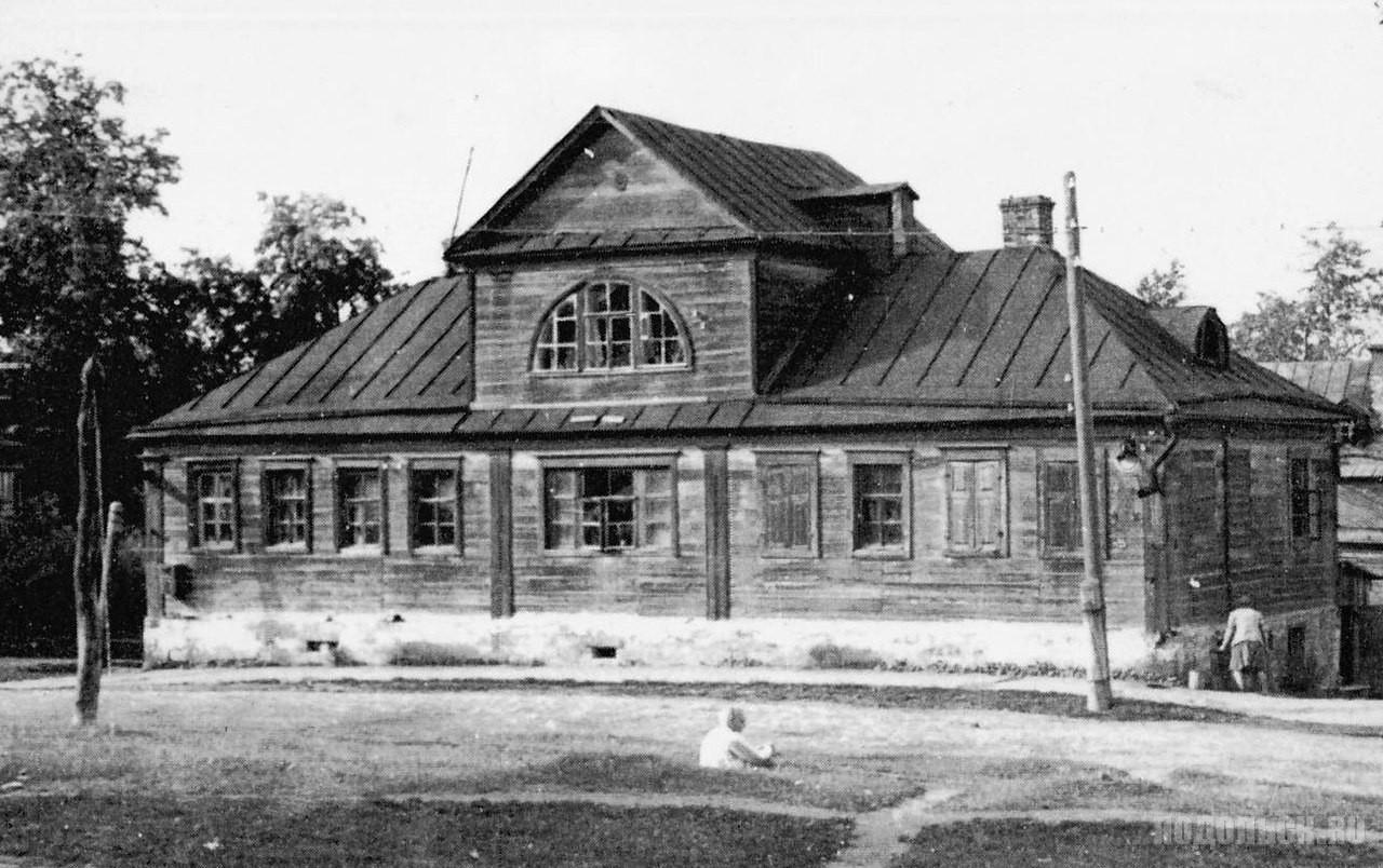 Первое городское училище в Подольске. Угол Ревпроспекта и Большой Зелёновской улицы. 1920-е гг.