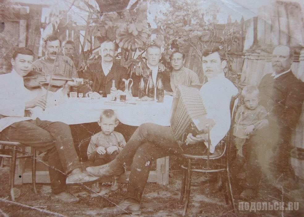Мальчишник во дворе дома № 67/56 на Александровской улице (в настоящее время Комсомольская). 1914 г.