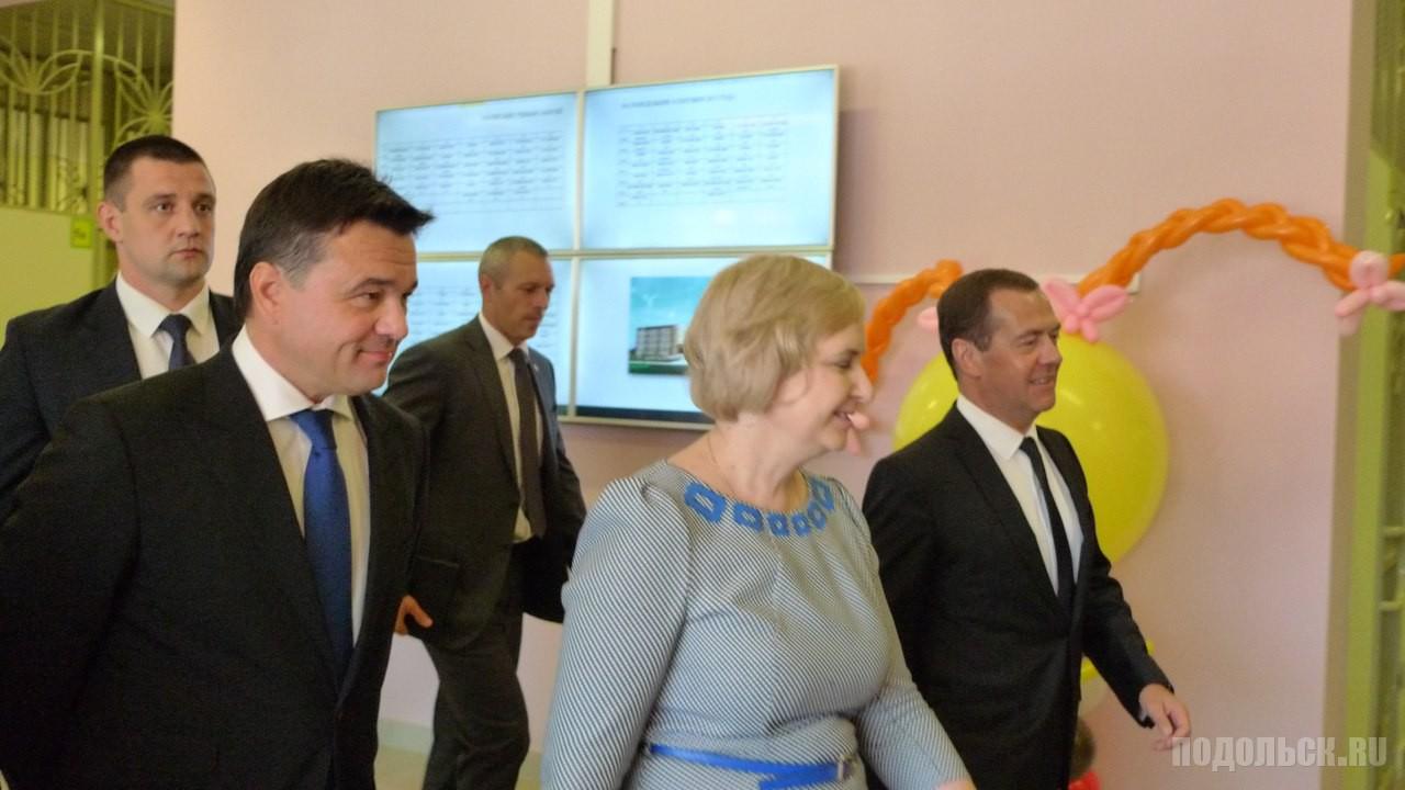 Дмитрий Медведев, Инна Горкавая (директор школы № 34) и Андрей Воробьев в новой школе.