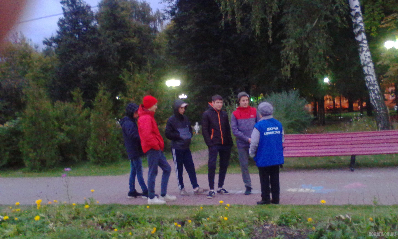 Подростки и дежурный администратор в Детском парке. Сентябрь 2017.