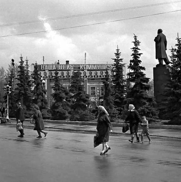 Улица Кирова. На заднем плане здание подольского банка. 1974.