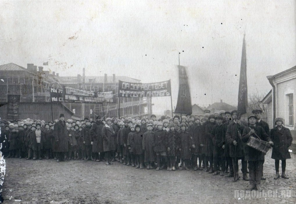 Сбор учащихся школы для участия в демонстрации, посвященной Октябрьской революции. - 1920-е гг.
