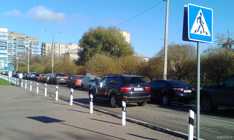 По встречке из-за парковки на дороге. Климовск. 22.10.2017.