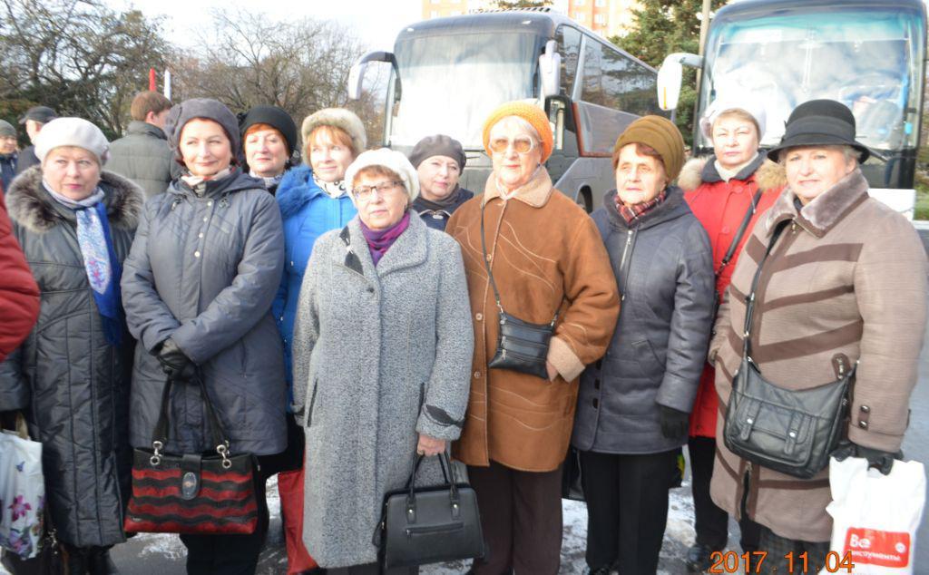Ветераны  Подольска  перед отправлением   на  митинг-концерт   в Лужники.