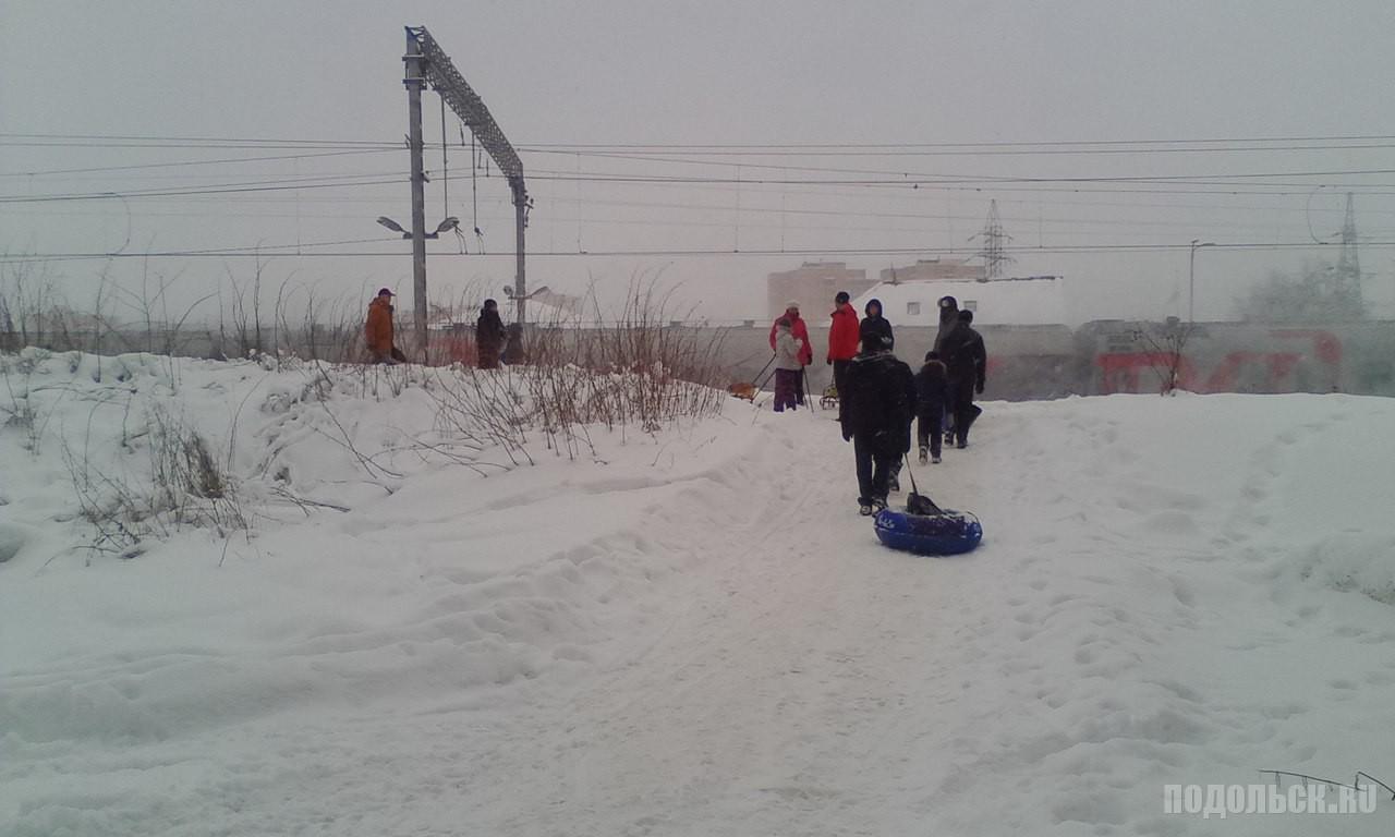 Тротуар у платформы Весенняя стал склоном для катания на ватрушках. 11 февраля 2018 г.