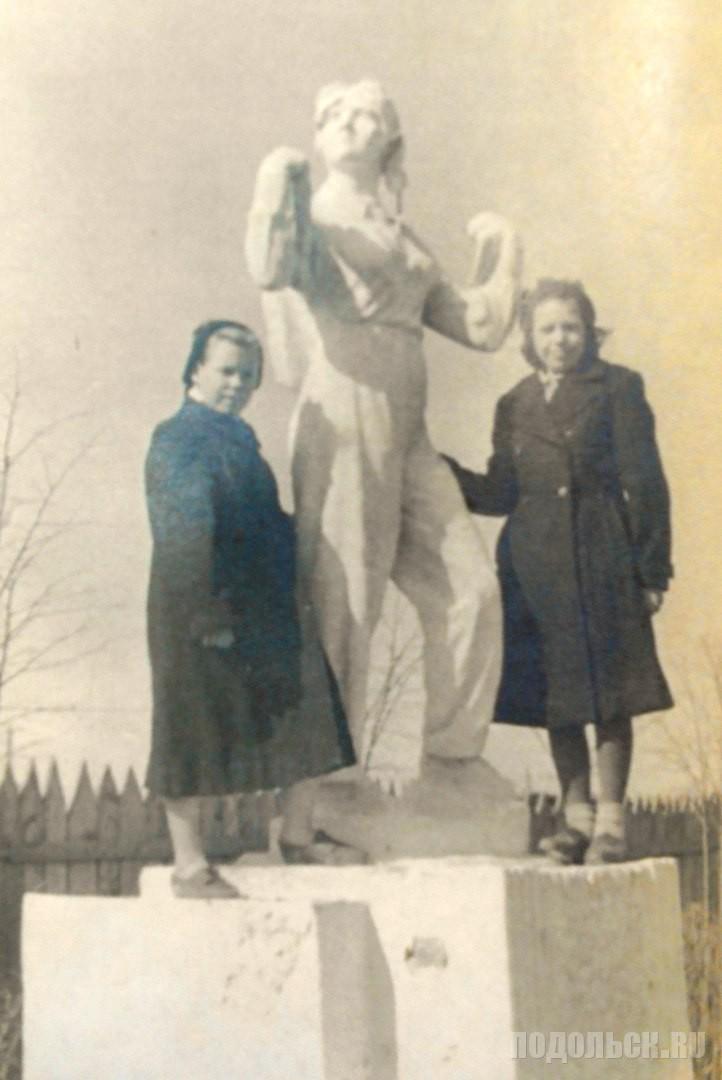 У памятника советской летчице Полине Осипенко. Середина 1950-х гг.