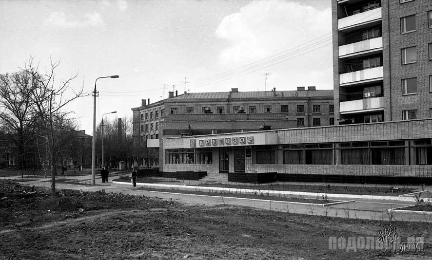 На заднем плане дом 14 по улице Барамзиной, в нём когда-то была почта и вытрезвитель. 1984 г.