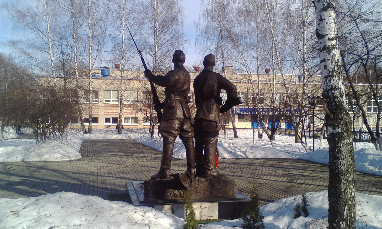Памятник Подольским курсантам у гимназии в Климовске. Апрель 2018