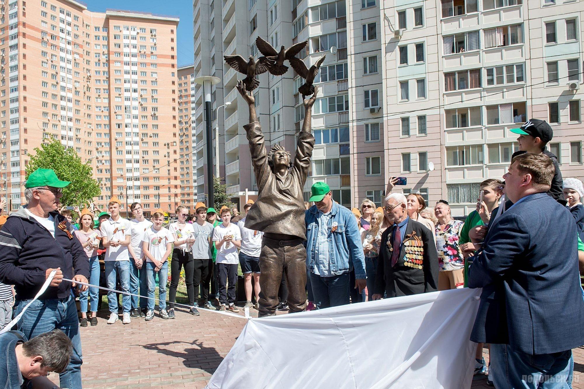 Скульптурная композиция выполнена из бронзы и представляет собой юношу 18-20 лет, стоящего во весь рост на крыше, запускающего в небо трех голубей. Открыта 12 мая 2018 г. в сквере на Ленинградской улице. Скульптор Андрей Плиев.