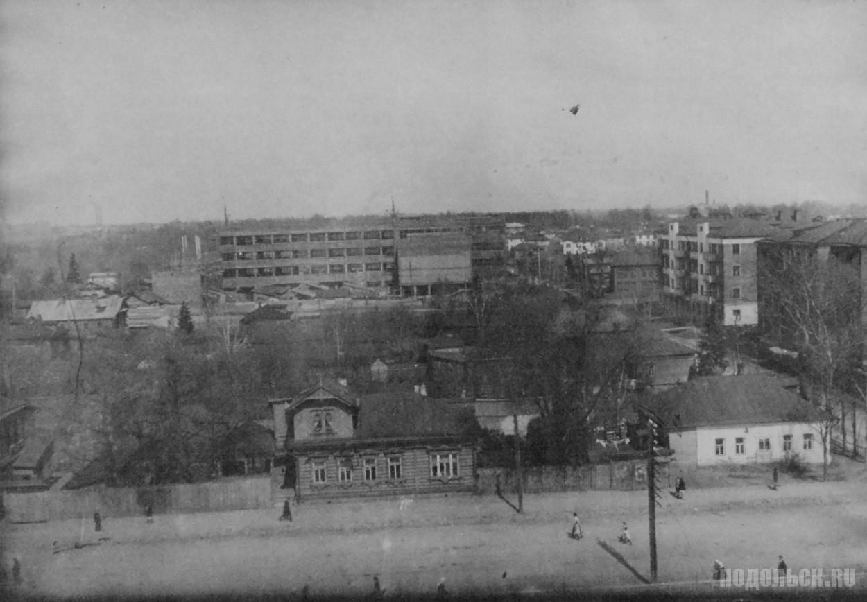 На заднем плане строится Подольский индустриальный техникум, 1932-1933 гг.