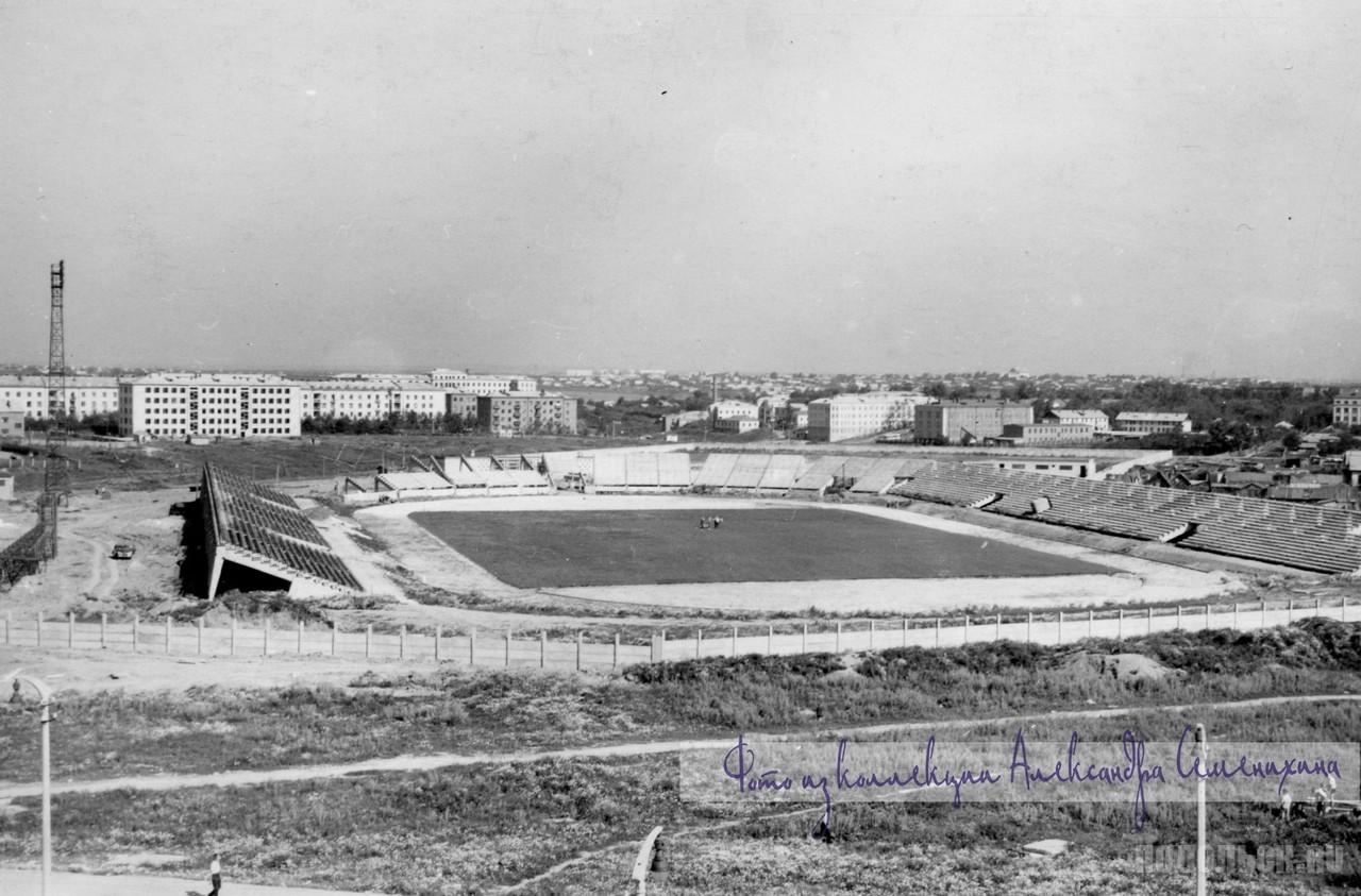 Стадион построенный городу предприятиями, в компенсацию за передачу квартала под жилищное строительство. 1964-1966 гг.