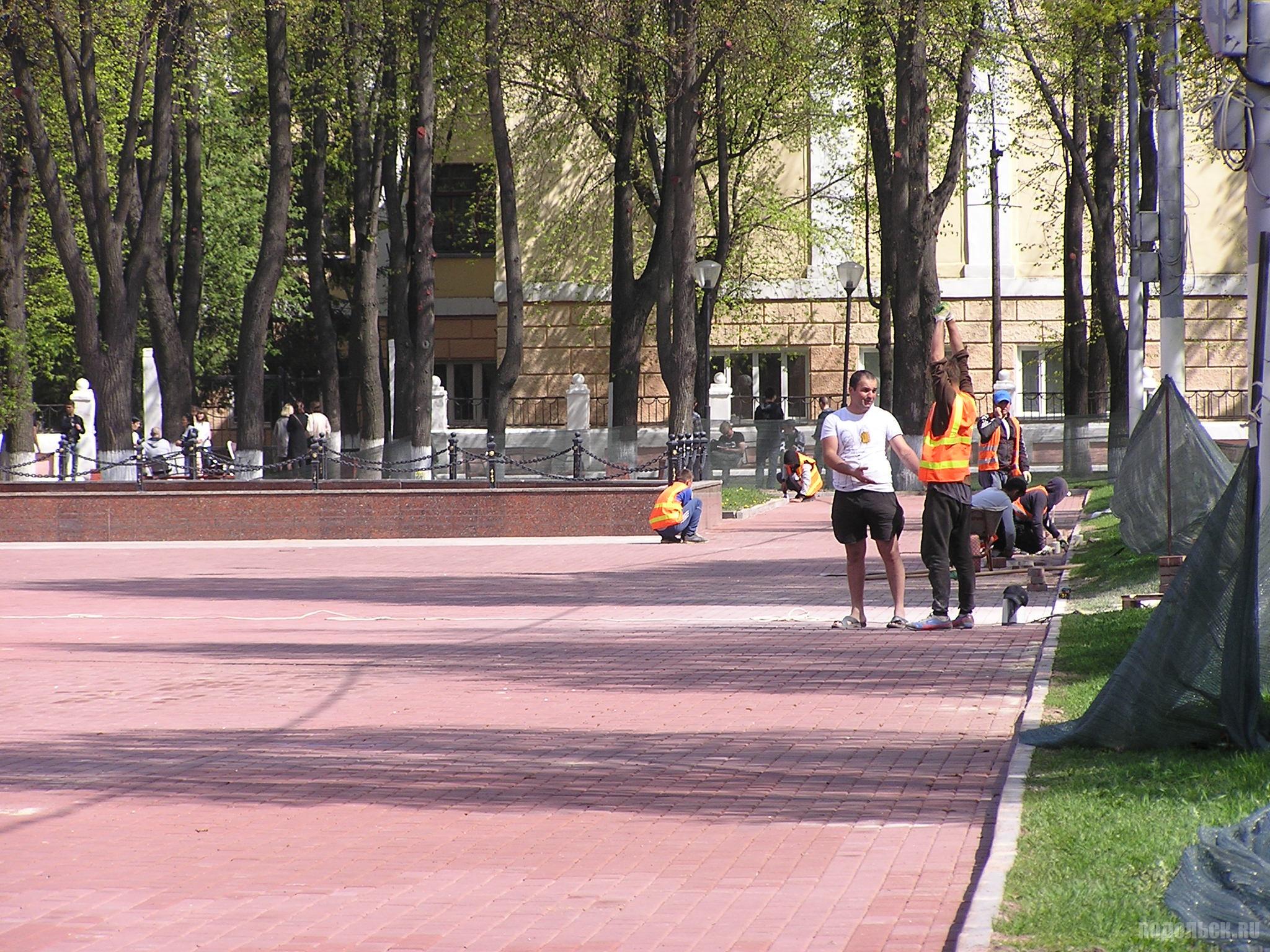 Замена плитки на площади Славы. 6 мая 2019