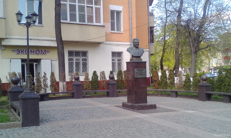 У памятника Никулину на Ревпроспекте. 6 мая 2019
