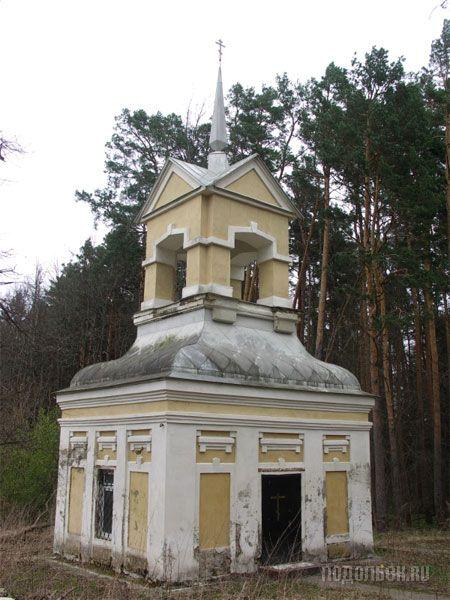 В XIX в. павильон служил колокольней, сейчас в нём обустроена часовня. 30 апреля 2009 года.
