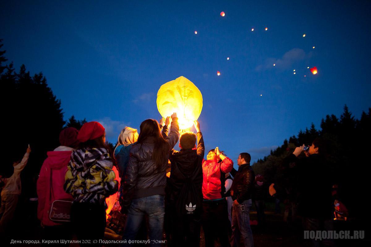 Запуск китайских фонариков в Кутузово