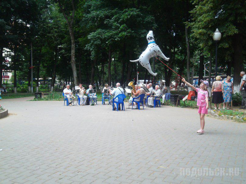 День молодежи - 2013. Оркестр играет шлягеры.