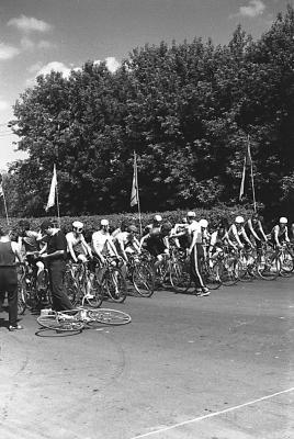 """Старт велогонки на напротив гостиницы """"Подмосковье""""."""