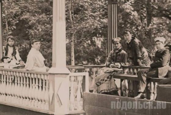 Семья фон Мекк на веранде в усадьбе Плещеево. Справа от Надежды Филаретовны дочь Софья, 1882 год