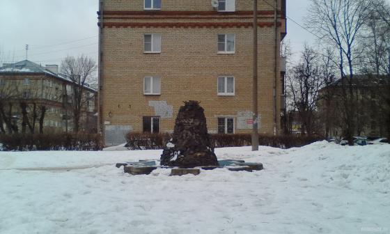 Пьедестал от орла на Комсомольской. 02.2019