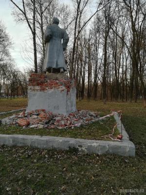 Памятник Орджоникидзе на Железнодорожной улице. Апрель 2019